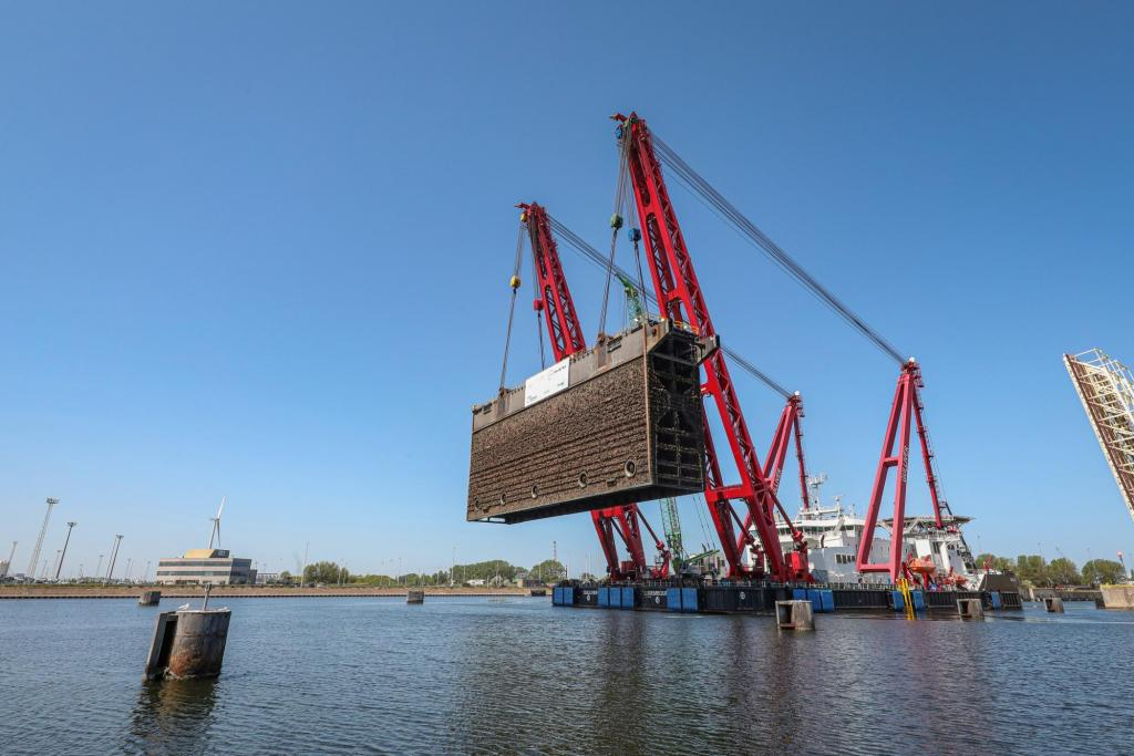 Jan De Nul lifts second lock gate out of the Pierre Vandamme lock in the Port of Zeebrugge